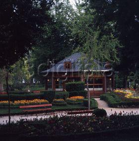 Caf vien s en los jardines de la taconera de pamplona for Jardines de la taconera