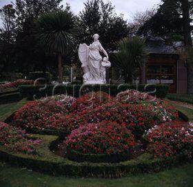 La mariblanca en el parque de la taconera de pamplona for Jardines de la taconera